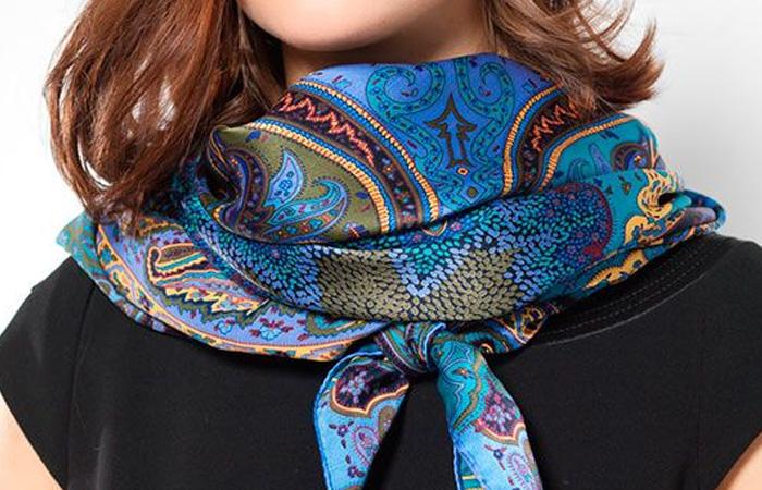 оригинально завязанный шейный платок